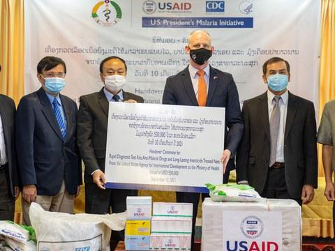ອົງການພັທນາສາກົລ ສະຫະຣັດອາເມຣິກາ ຫຼື USAID ມອບເຄື່ອງປ້ອງກັນໄຂ້ ມາເລເຣັຽ ໃຫ້ແກ່ກະຊວງສາທາລະນະສຸຂ ໃນວັນທີ 10 ກັນຍາ ທີ່ນະຄອນຫຼວງວຽງຈັນ.